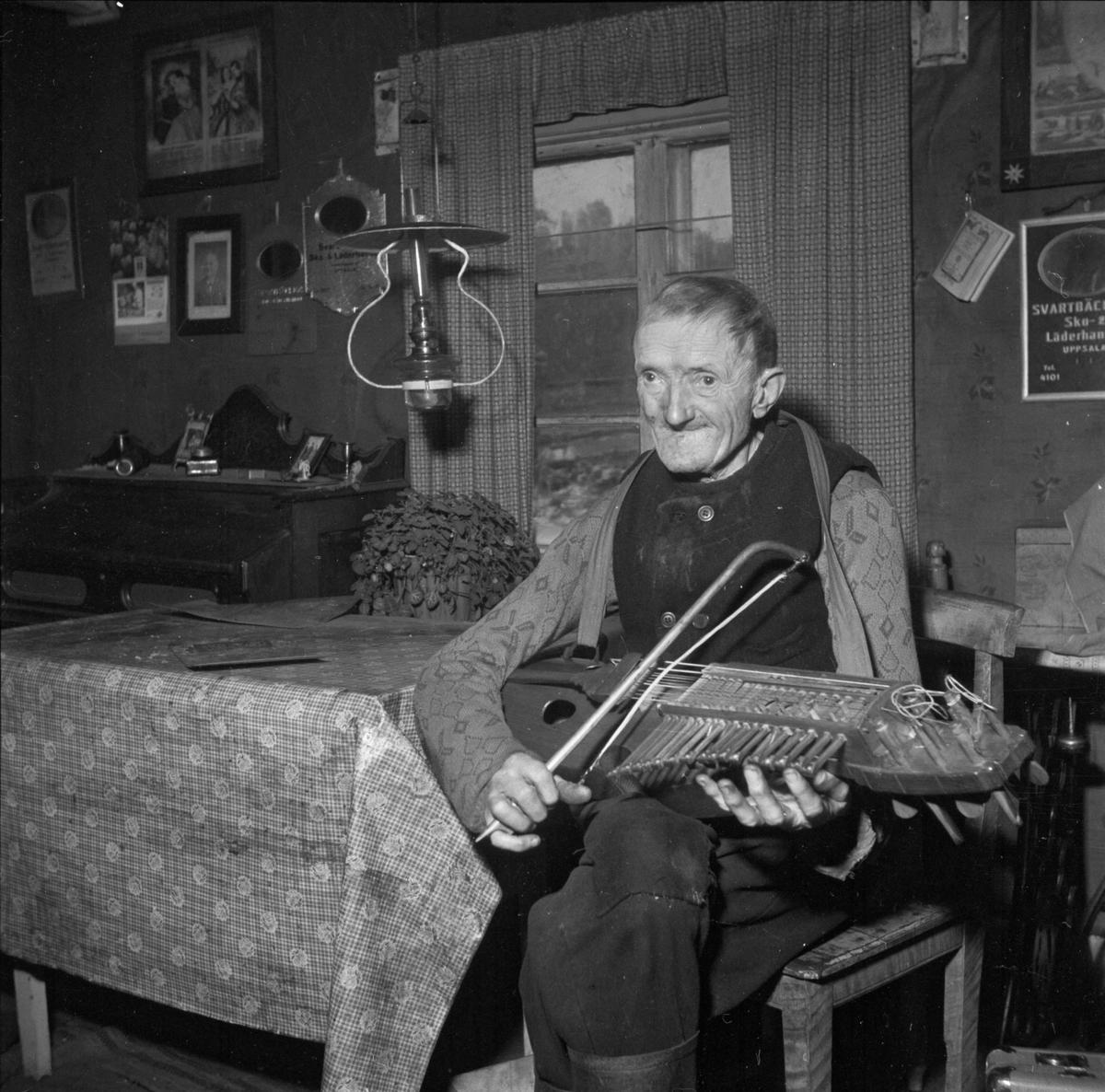Spelmannen Matts Berlin i bostaden, Bandarbo, Bälinge, Uppland november 1952