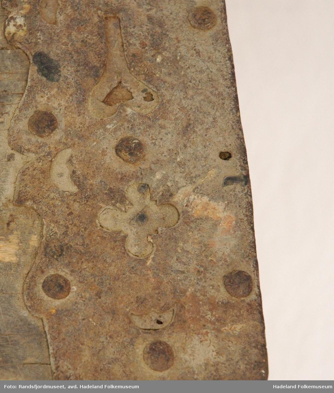 To rom. Svartmalt, med rike beslag. Beslagene er dekorert. Årstallet 1723 er laget i smijern. Bokstaver O S J (?). Bærehåndtak på tverrsidene.