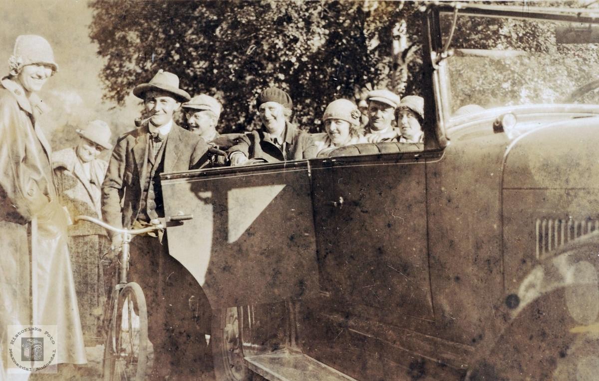 Ungdom fra Grindheim på tur med sykkel og automobil.