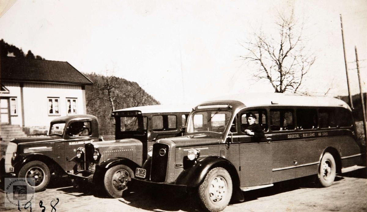 Bilparken til Kristian Ågedal, Bjelland Audnedal. Lastebilen til venstre er en Reo 1937-38-modell. Bussen i midten kan være en Volvo 1930-33.