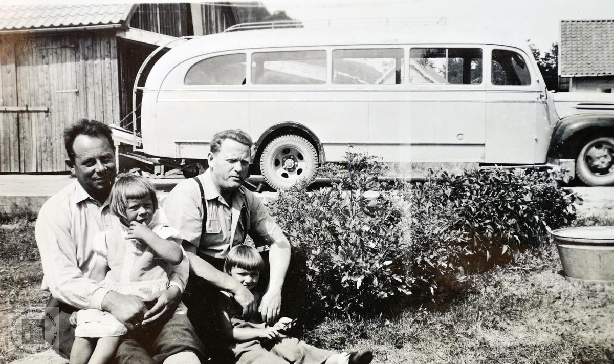 K. B Strisland med bussen i bakgunnen. Konsmo.