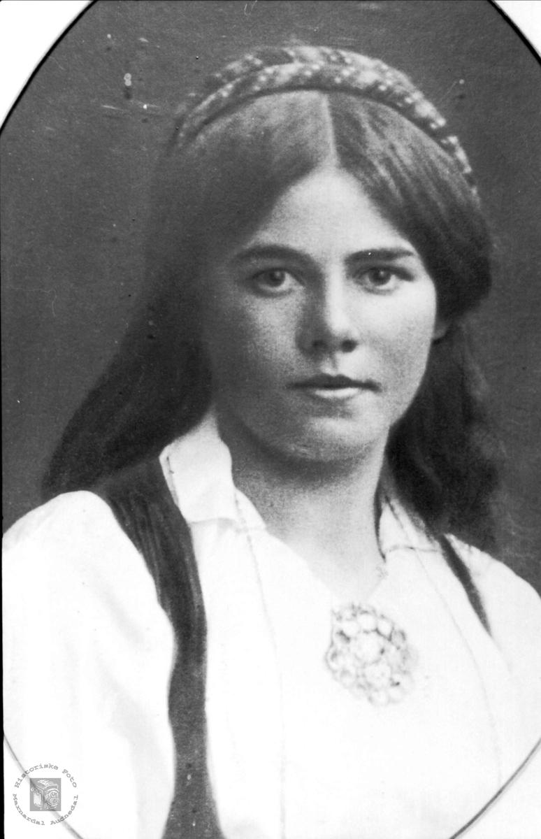 Portrett av kona til anleggsarbeider og smed, Tone Bråten med etterslekt på Laudal.