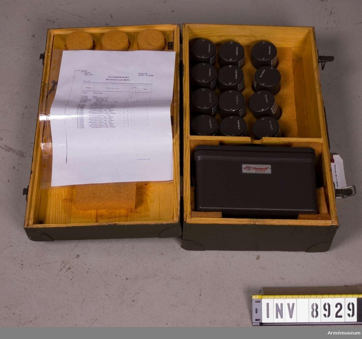 Materialnr 21299 (M 3743-135011). Består av: 1 st MF-generator, 1 st låda av trä, mått 435 x 255 x 145 mm. Vikt 6930 g med tillbehör, märkt: tre kronor M 3743-135011 MF-generator MT.   Tillverkningnr 1018