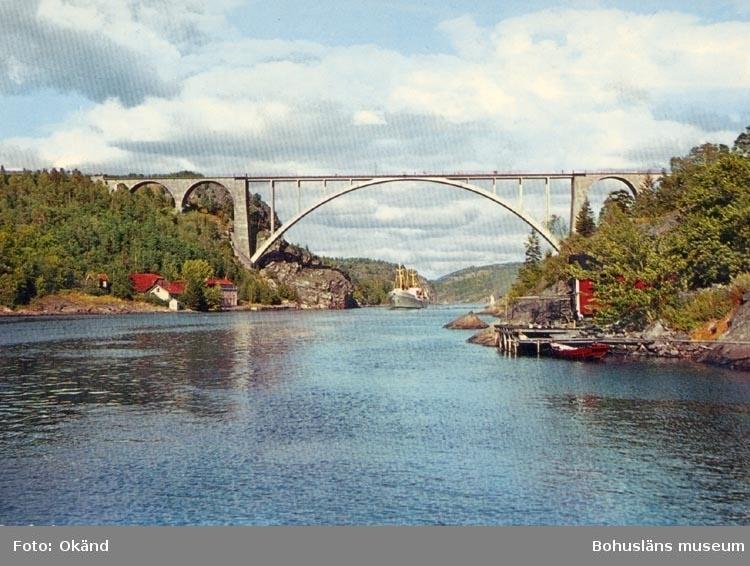 "Tryckt text på kortet: ""Svinesundsbron. Nord- Europas högsta bro, höjd 67 m.ö.h."". ""Förlag: Firma. H. Lindenhag, Göteborg""."