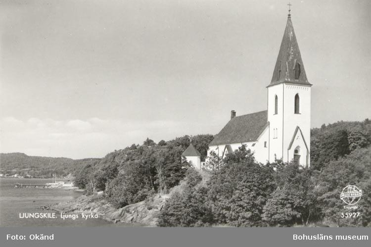 """Tryckt text på kortet: """"LJUNGSKILE. Ljungs kyrka"""". """"Förlag: Ljungskile Bok & Pappershandel""""."""