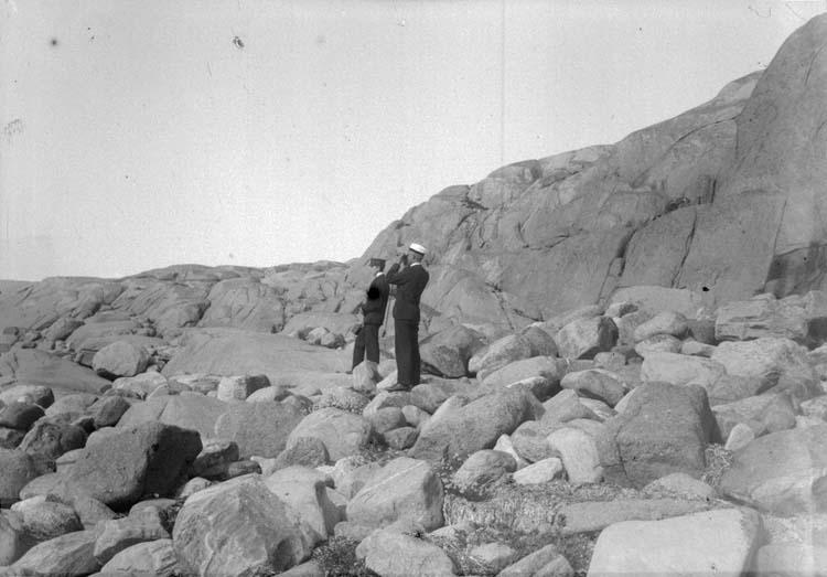 """Enligt text som medföljde bilden: """"Eric och Calle vid Kramkistesund. Lysekil. Stångehufud 17/9 1899. Hugo Hallgren."""""""