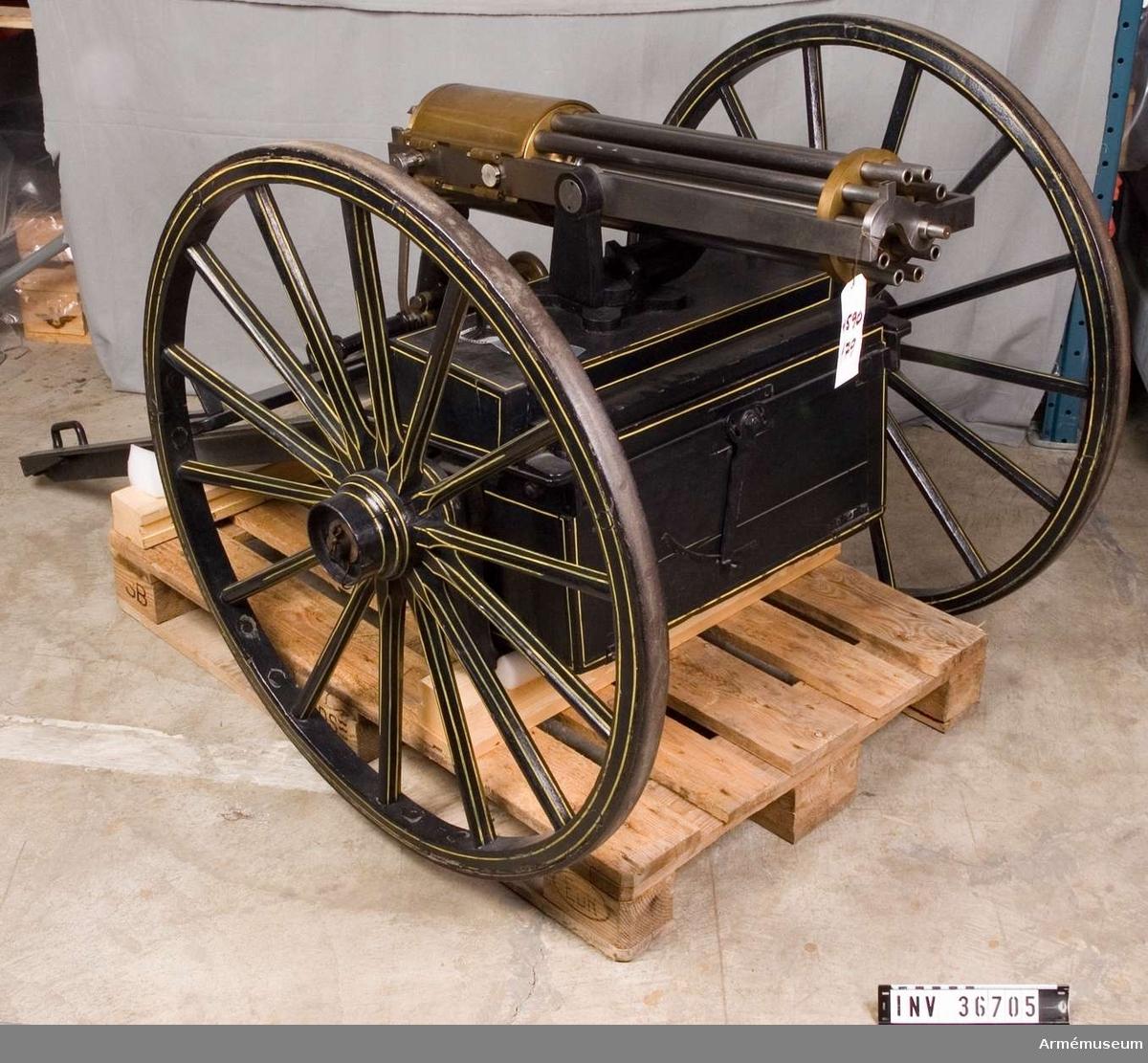 Grupp E IV a. De tio piporna är ursprungligen till 1867-års gevär för danska infanteriet, vilka har förkortats. De är ordnade efter det så kallade revolverande systemet efter samma princip som i Gatlings kulspruta. Dock är mekanismen i denna kulspruta betydligt mindre komplicerad.
