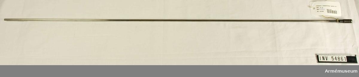 Grupp E VIII.  Nr 9 (av 9 - nr 3 saknas och 8 finns inte i serien) i  tillverkningsordningen. Gevärsdel till 1867 års gevär m/1867, en av c:a 400 delar.