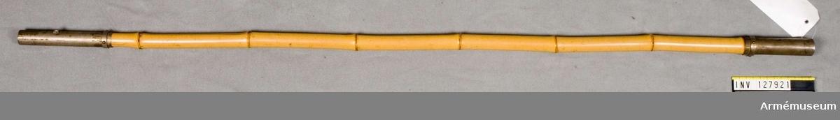 Av bambu.  L: 116 cm.