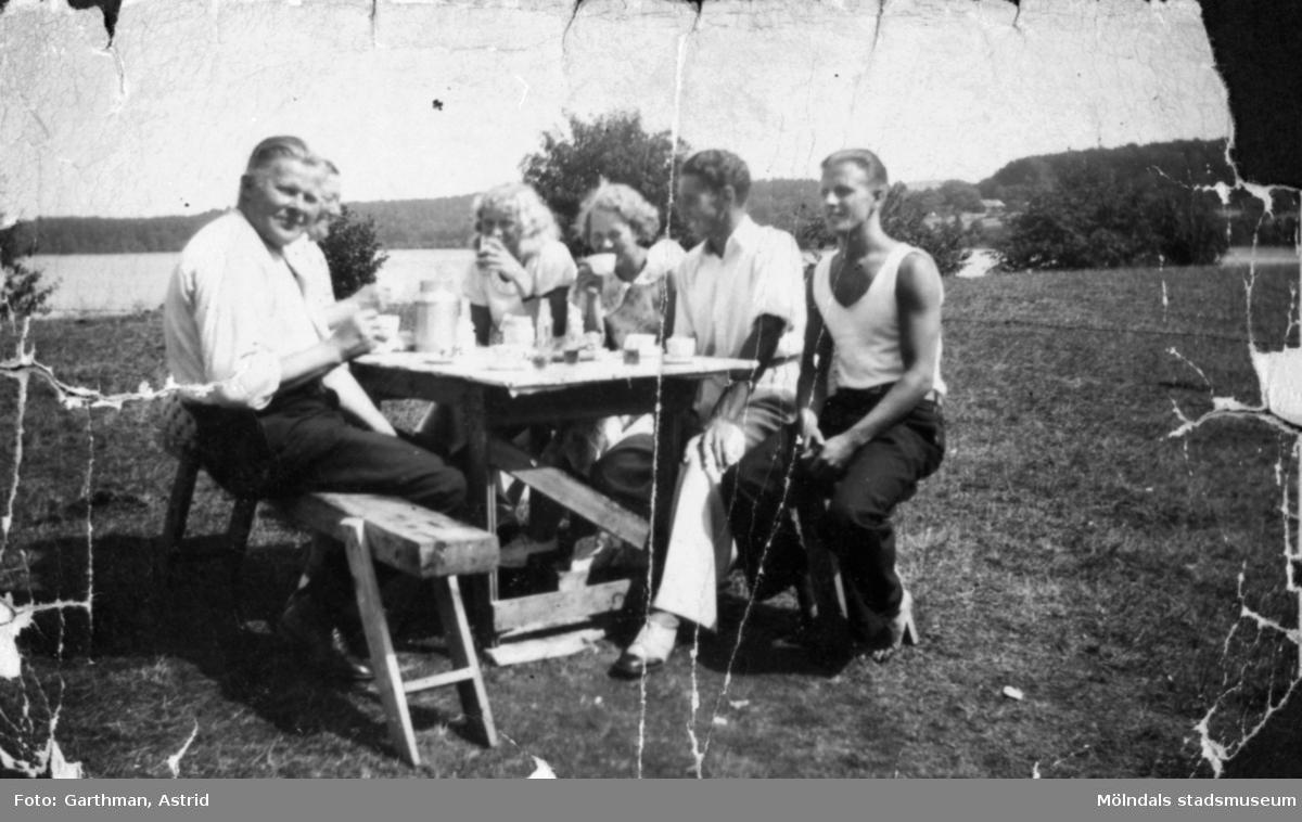 Sex personer har fikapaus vid Fjärås Bräcka, 1930-tal. Helmer Garthman sitter längst till höger.