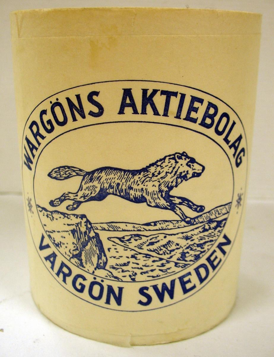 Rulle med toalettpapper med omslag från Vargöns  Aktiebolag. Omslaget har en bild av en varg. Vargön Sweden.