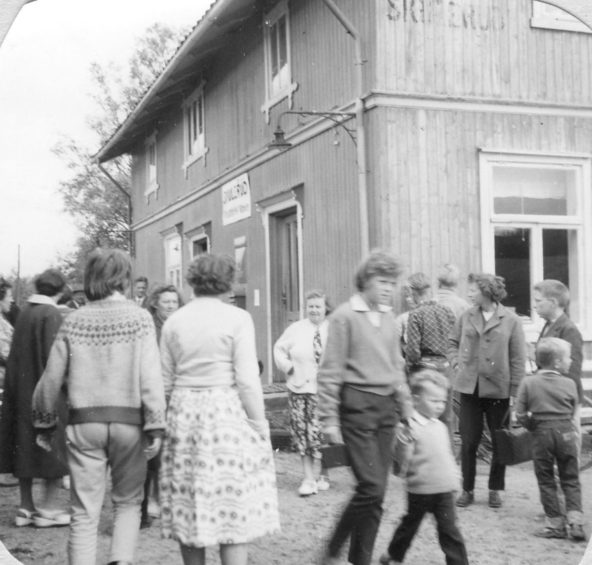 Mange reisende og skuelystne på Skulerud stasjon på Tertittens siste driftsdag 30.06.1960.