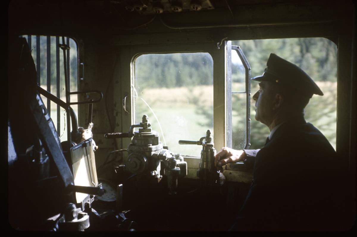 Lokomotivfører Odd Børrud i førerrommet på damplok type 26c nr. 433.