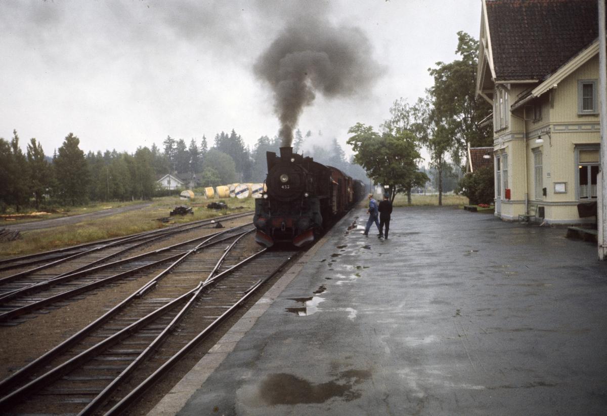 Godstog på Solørbanen ankommer Roverud stasjon. Toget trekkes av damplok 26c nr. 433.