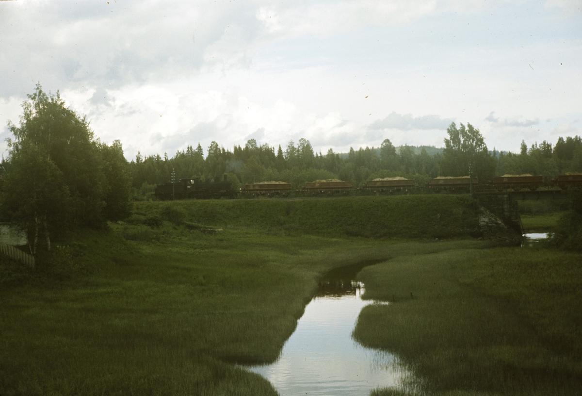 Grustog på Solørbanen, trukket av damplok type 21c nr. 372.