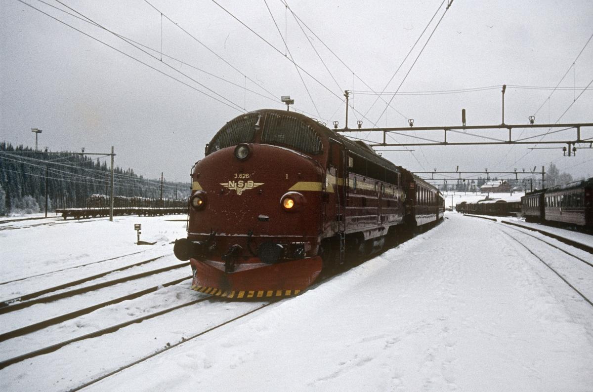Tog 281 til Fagernes på Eina stasjon, trukket av diesellokomotiv type Di 3 nr. 626.