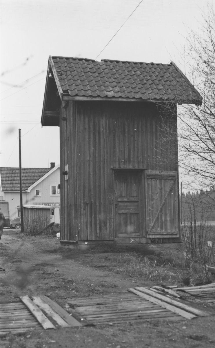 Vanntårnet på Finstadbru stasjon noen år etter nedleggelsen.