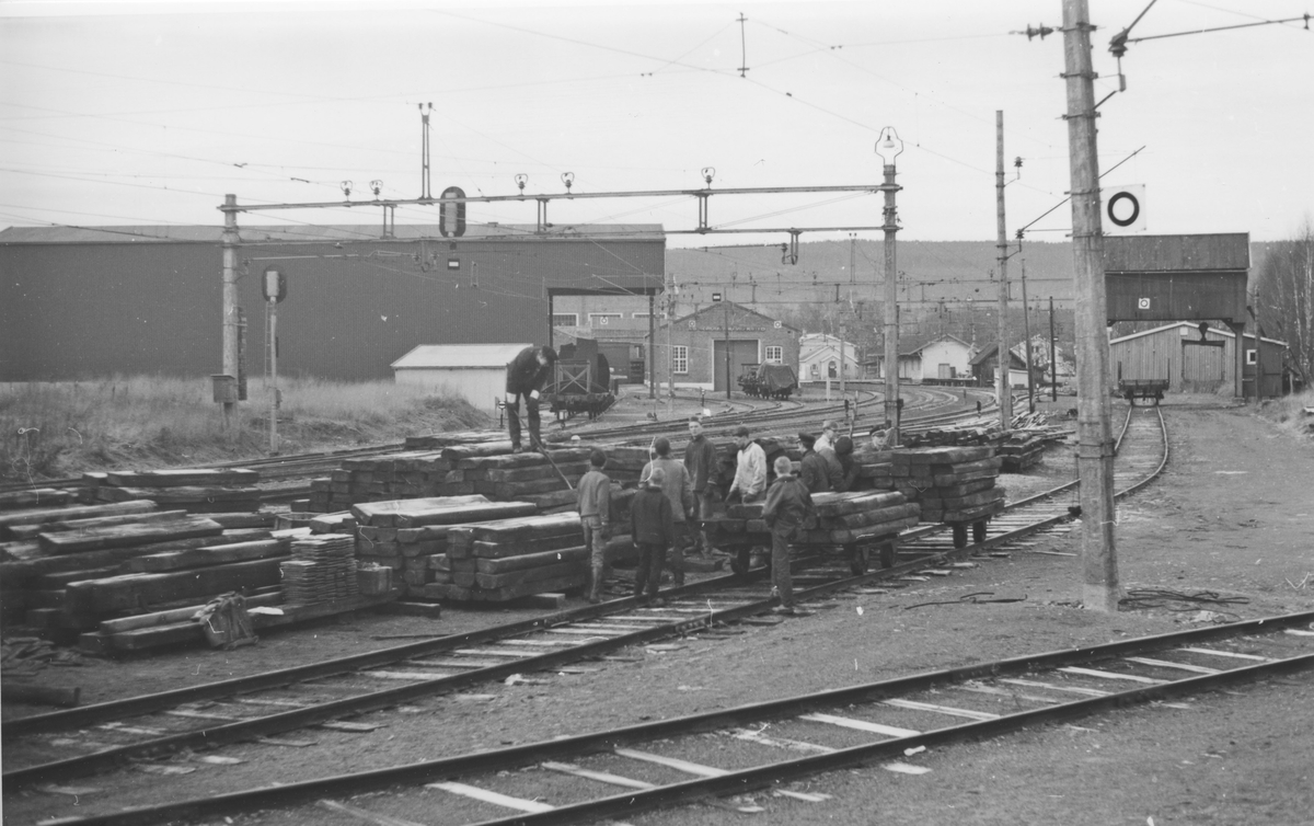 Normalsporsviller gjøres klare for transport pr. tralle fra Sørumsand stasjon til Urskog-Hølandsbanen.