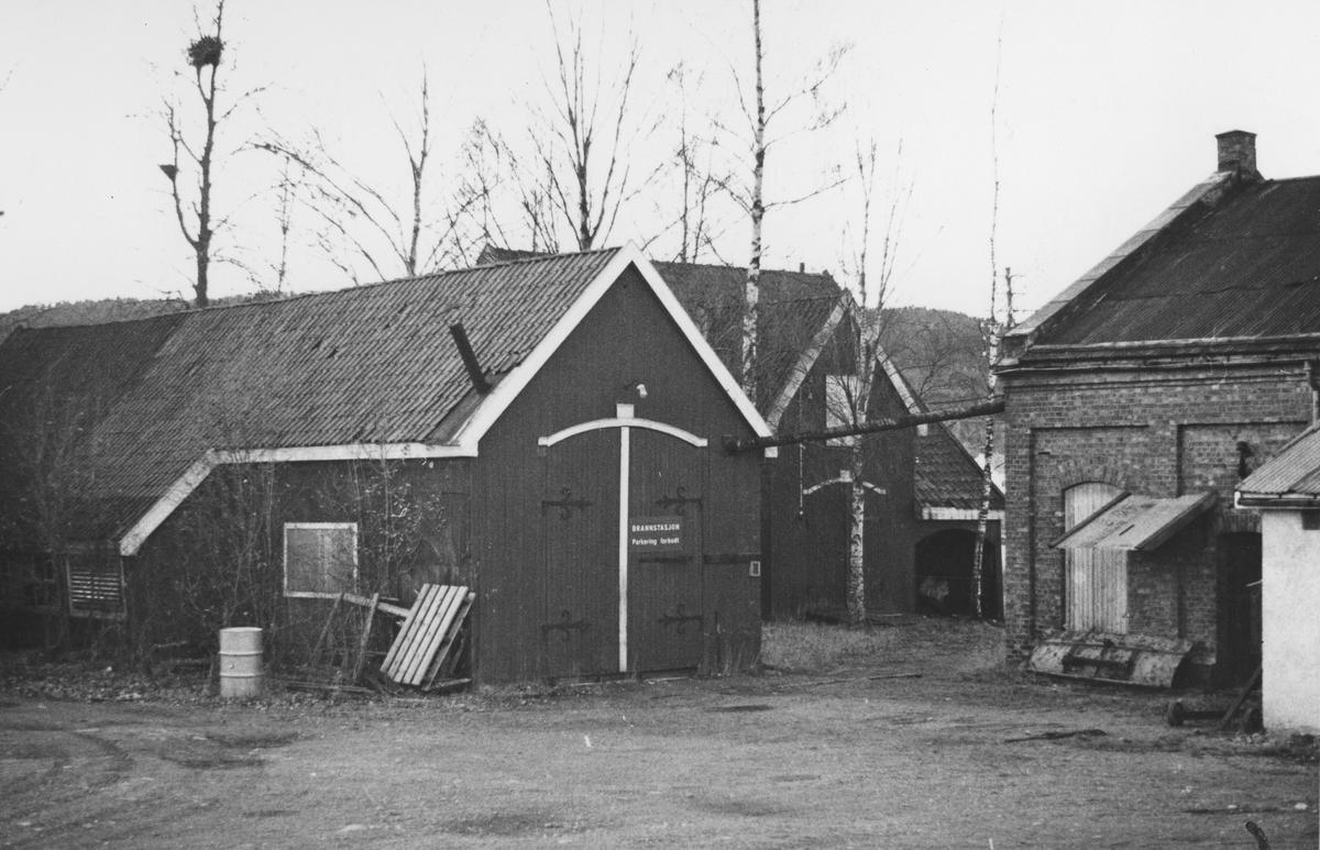 Fra verkstedområdet på Bjørkelangen åtte år etter Urskog-Hølandsbanens nedleggelse. Bygningen til venstre ble benyttet til vedlikehold av vogner.