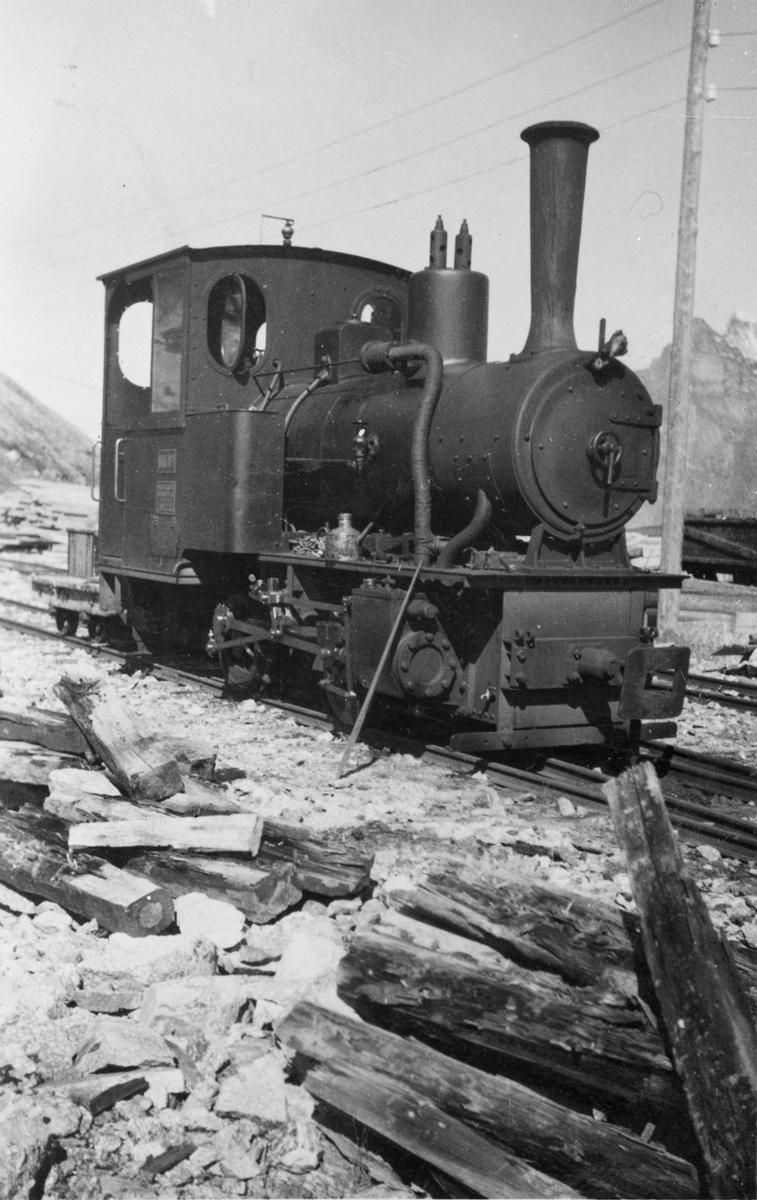 Aurabanens lokomotiv nr. 1 ved Topp heis stasjon.