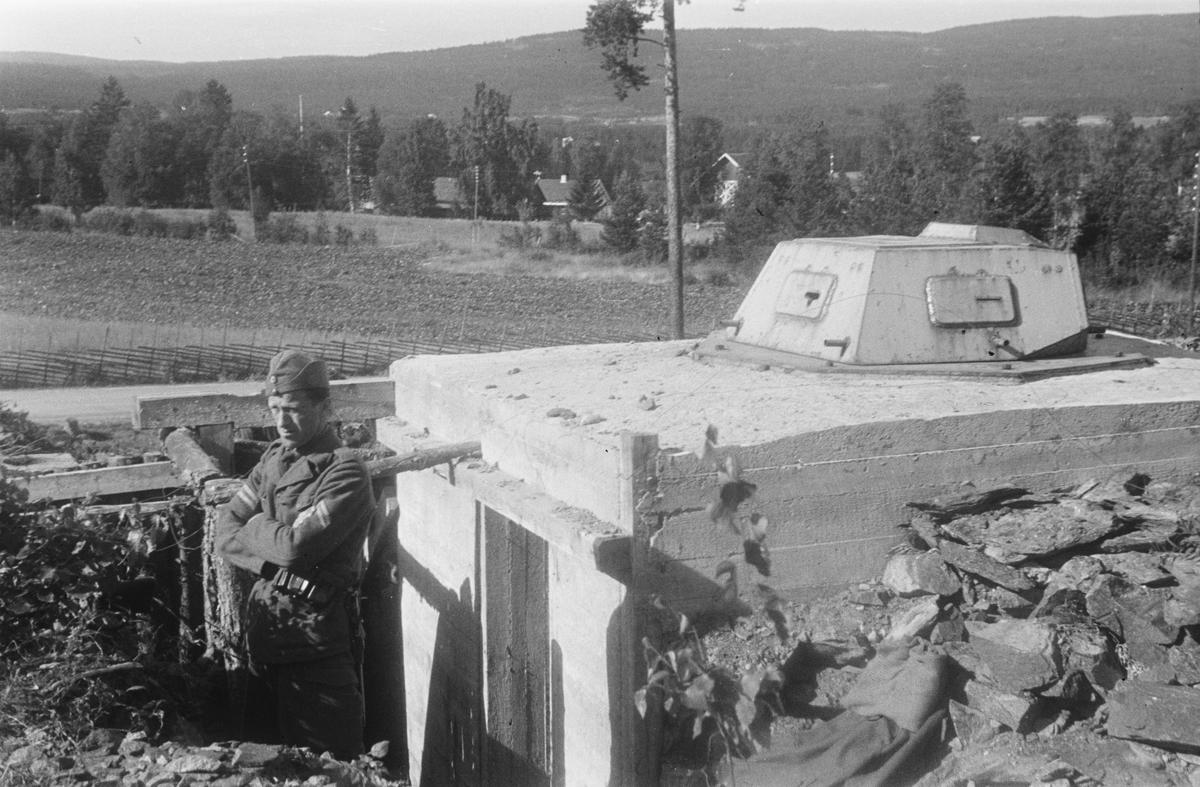 Militærøvelse. Soldat ved bunker.