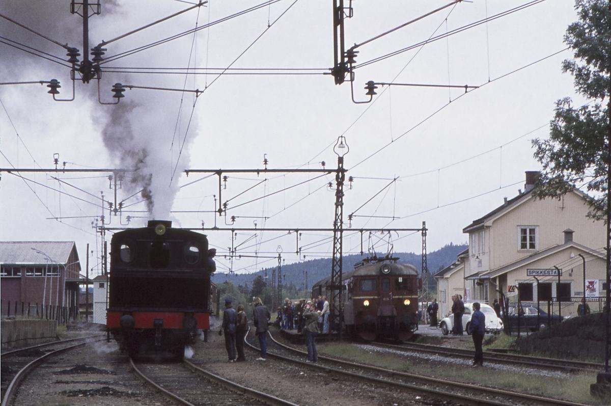 Spikkestad stasjon. Ekstratog for Norsk Jernbaneklubb Spikkestad - Lier. Damplokomotiv Norsk Hydro M2.