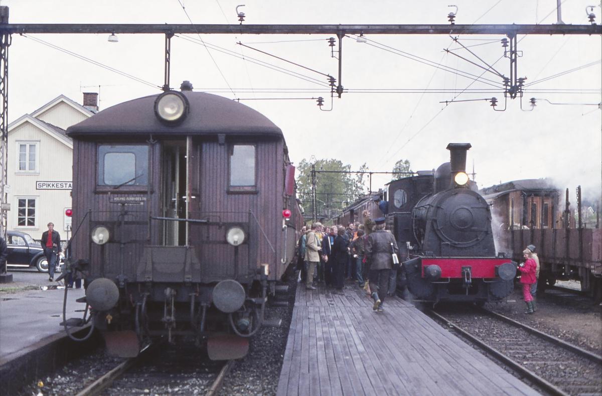 Ekstratog for Norsk Jernbaneklubb med damplokomotiv Norsk Hydro M2 på den nedlagte delen av Drammenbanen. Toget er tilbake i Spikkestad stasjon. Lokaltog mot Asker i spor 1.