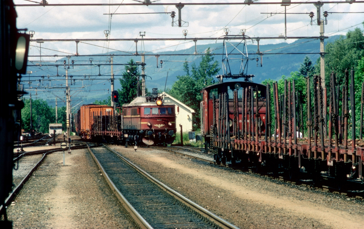Godstog fra Tinnoset med elektrisk lokomotiv type El 8 ankommer Skien N.