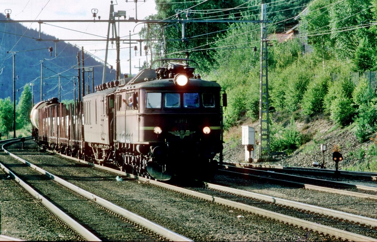 Godstog Tinnoset - Porsgrunn (Herøya) med lokomotiv type El 8 passerer Nordagutu.