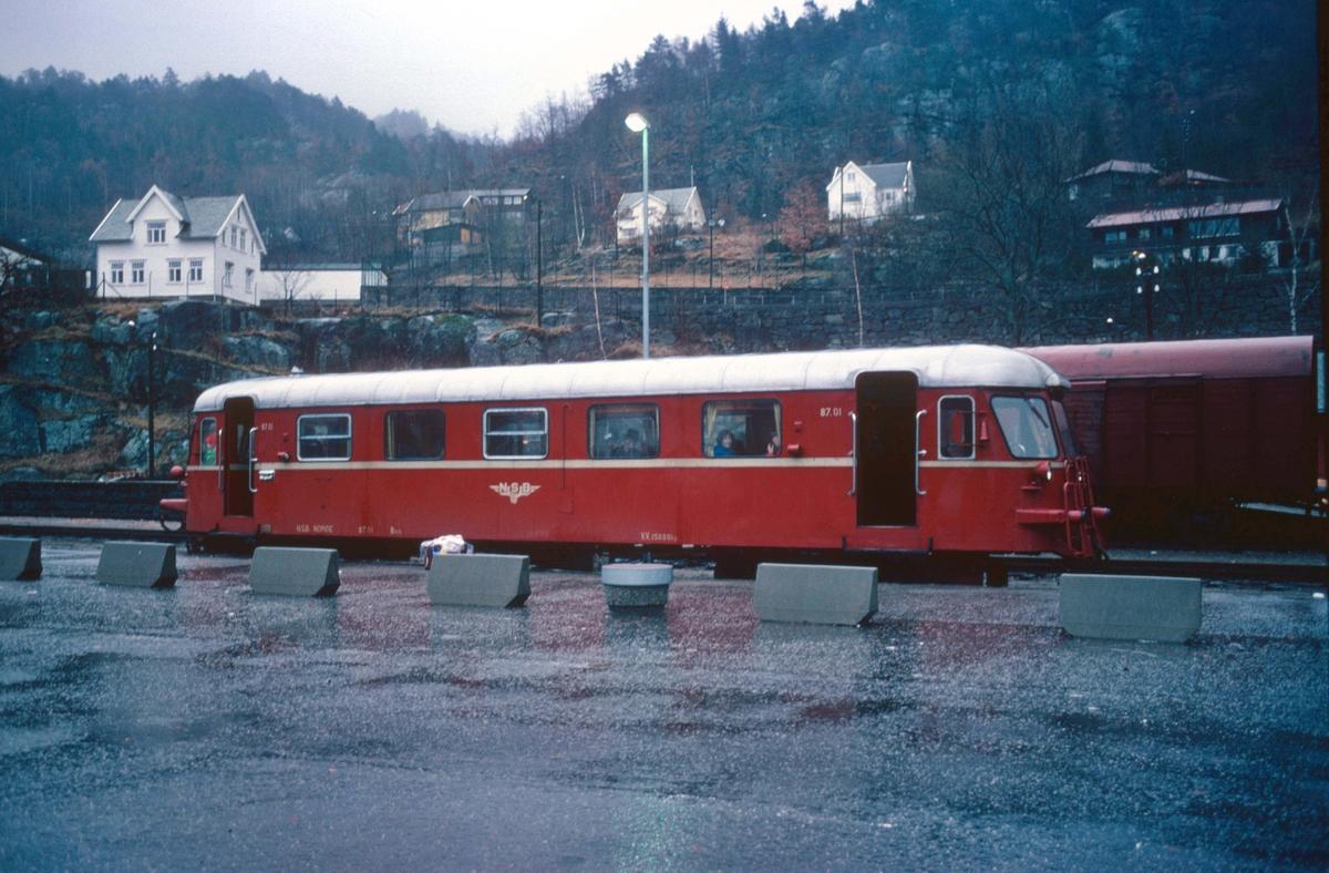 Flekkefjord jernbanestasjon. NSB motorvogn BM 87.01. Tog til Sira.