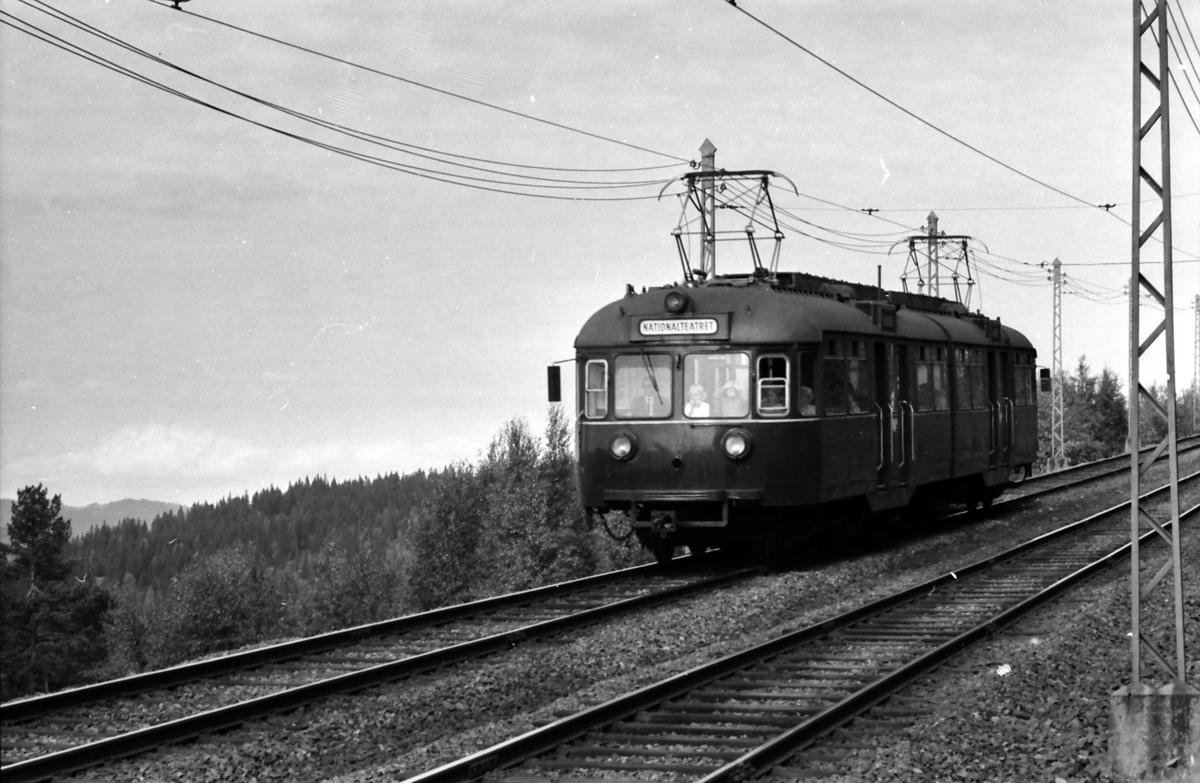 A/S Holmenkolbanen. Vogn 502, type 1946. Tryvannsbanen ved Skogen.