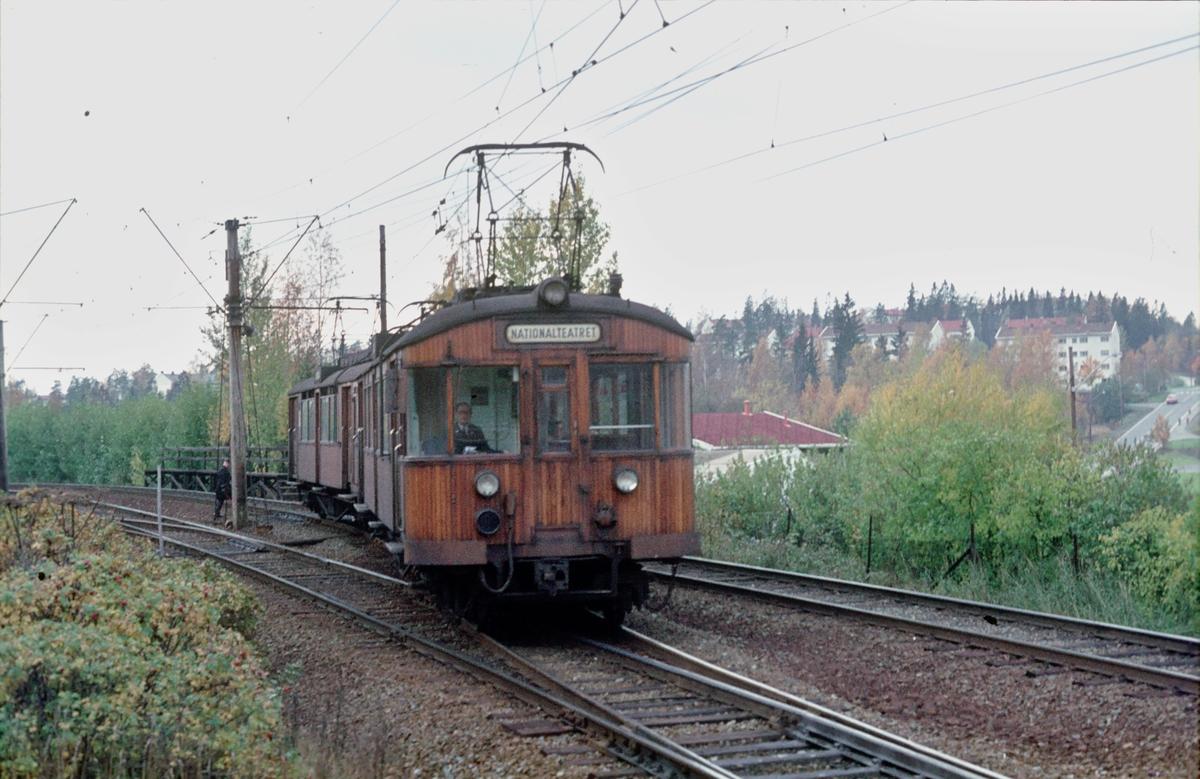A/S Holmenkolbanen. Røabanen. Vogn 612 og 611, type 1951 (Skabo, NEBB). Eiksmarka stasjon. I bakgrunnen sees Eikskollen.