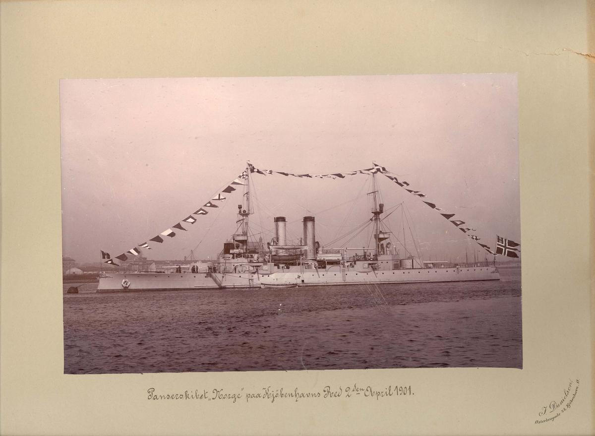 Motiv: Panserksipet NORGE på København red 2 april 1901. Babord bredside. Stor flagging.