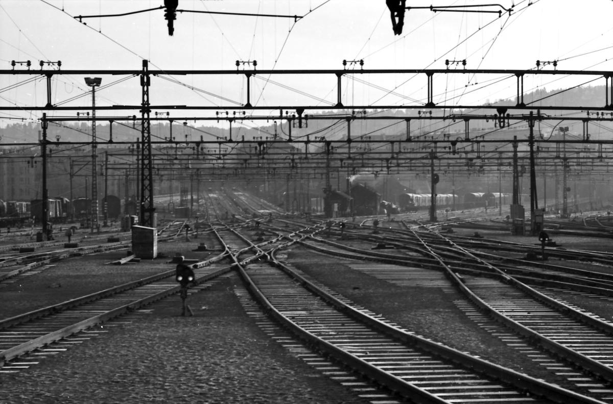 Oslo Østbanestasjon. Sporområdet i utkjøringen. Gudbrandsia til venstre, og Sletta helt til høyre. Vi ser Hovedbanen og Gjøvikbanen rett fram, Østfoldbanen ut mot høyre. Innkjøring til tidligere Hovedbanens verksted i midten.