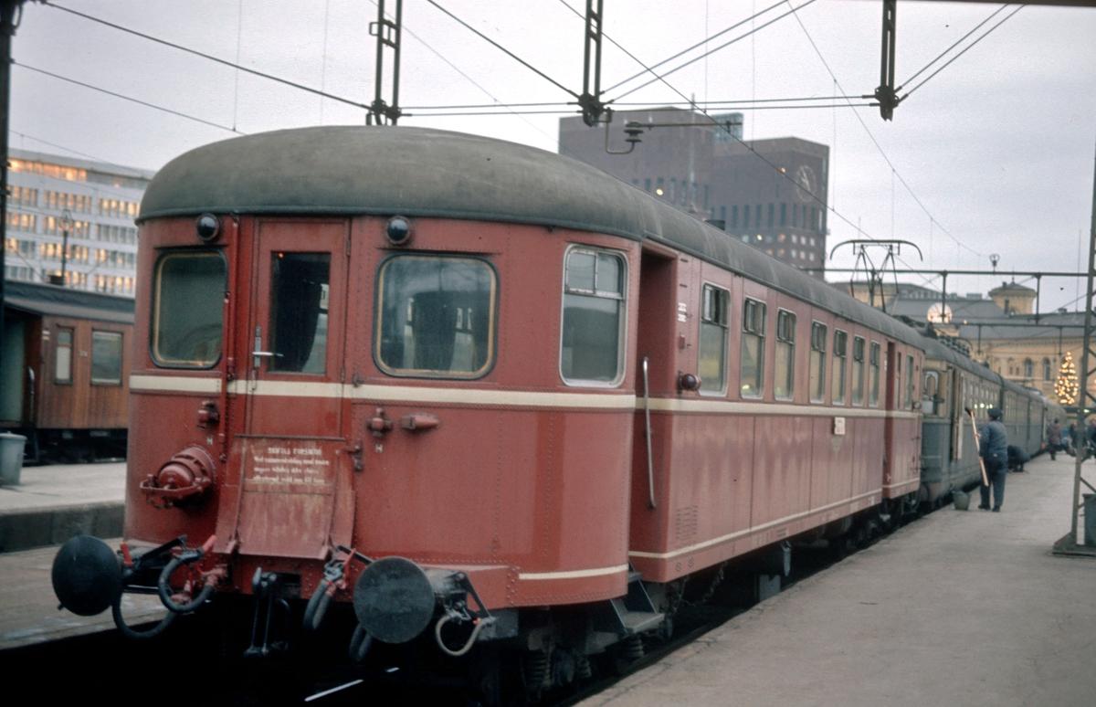 Styrevogn BFS 86 bakerst i tog av type 66 på Oslo V.