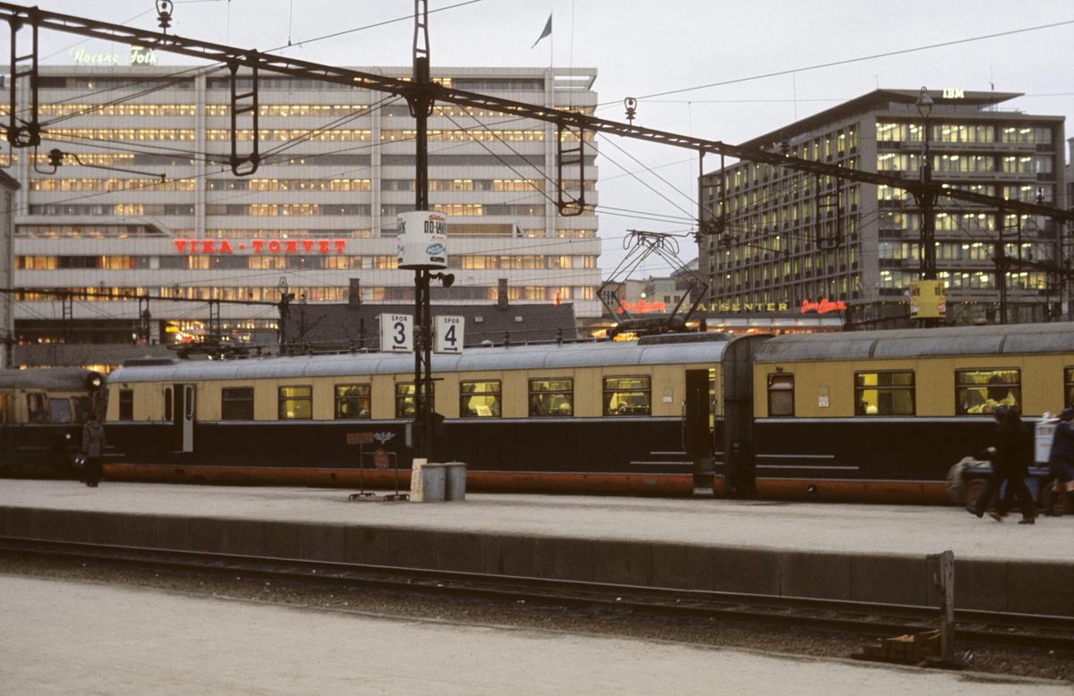 Lyntog, snøggtog, ekspresstog, motorvognsett type 66 på Oslo V. Tog til Skien.
