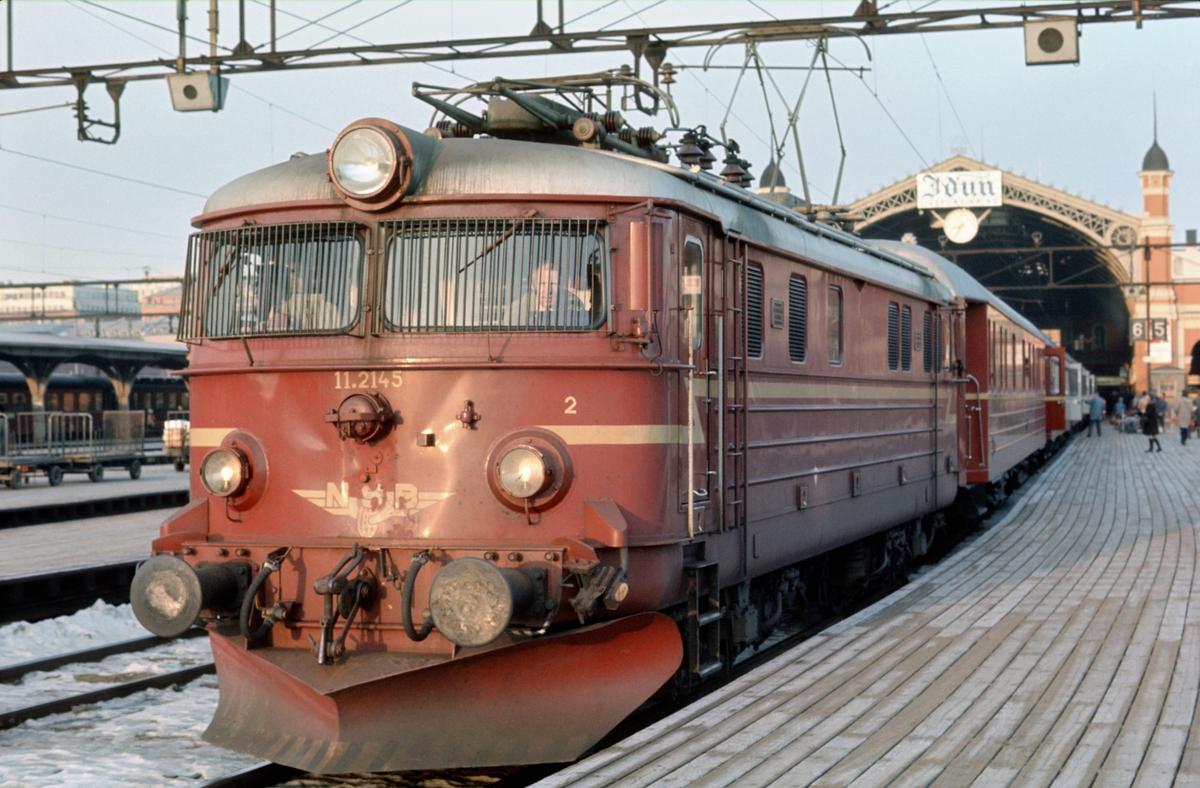 Daghurtigtog Oslo Ø - Trondheim o/ Røros, Ht 301, før avgang på Oslo Ø med lokomotiv El 11 2145. Første vogn i toget er kongevognen.
