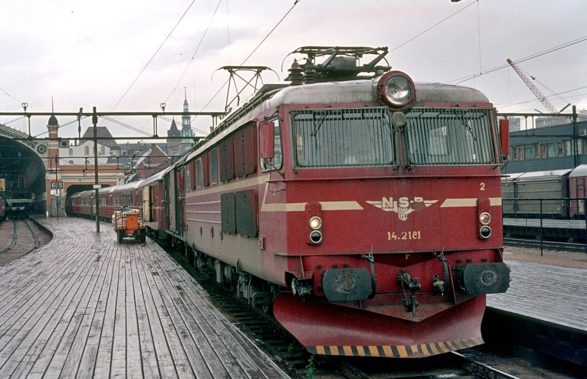 Hurtigtog 351, daghurtigtoget Oslo Ø -Åndalsnes, står klar på Østbanen med lokomotiv El 14 2181 og vogner av type 3.