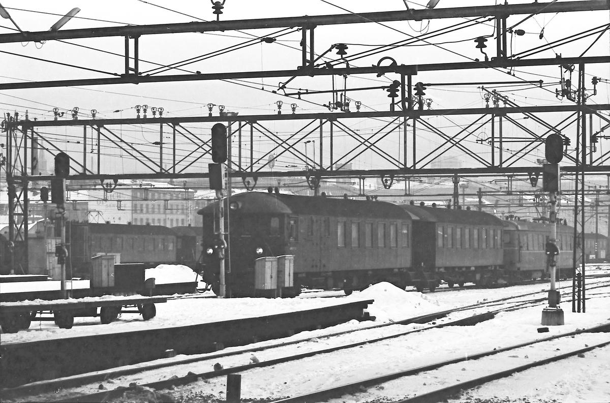 Tog med motorvognsett type 65 ankommer Oslo Ø.