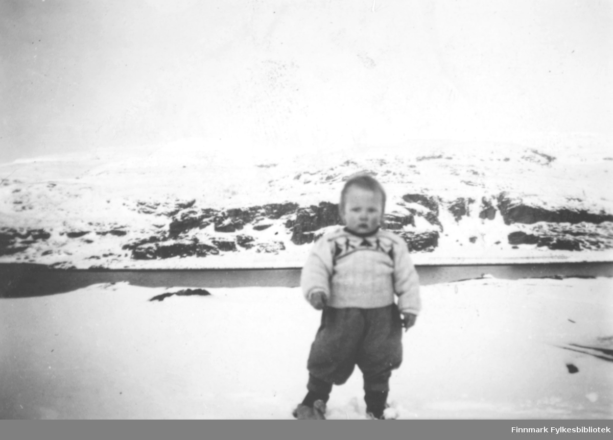 Sønn av lærer Anders Ydstie, og hustruen Sigrid Nikoline Ydstie f. Andersen. Anders var lærer i Kokelv.  Snøen ligger på bakken, og i fjellet. Gutten som står med ryggen mot sjøen, er godt påkledt. Han har på seg en strikket genser, og vide knebukser