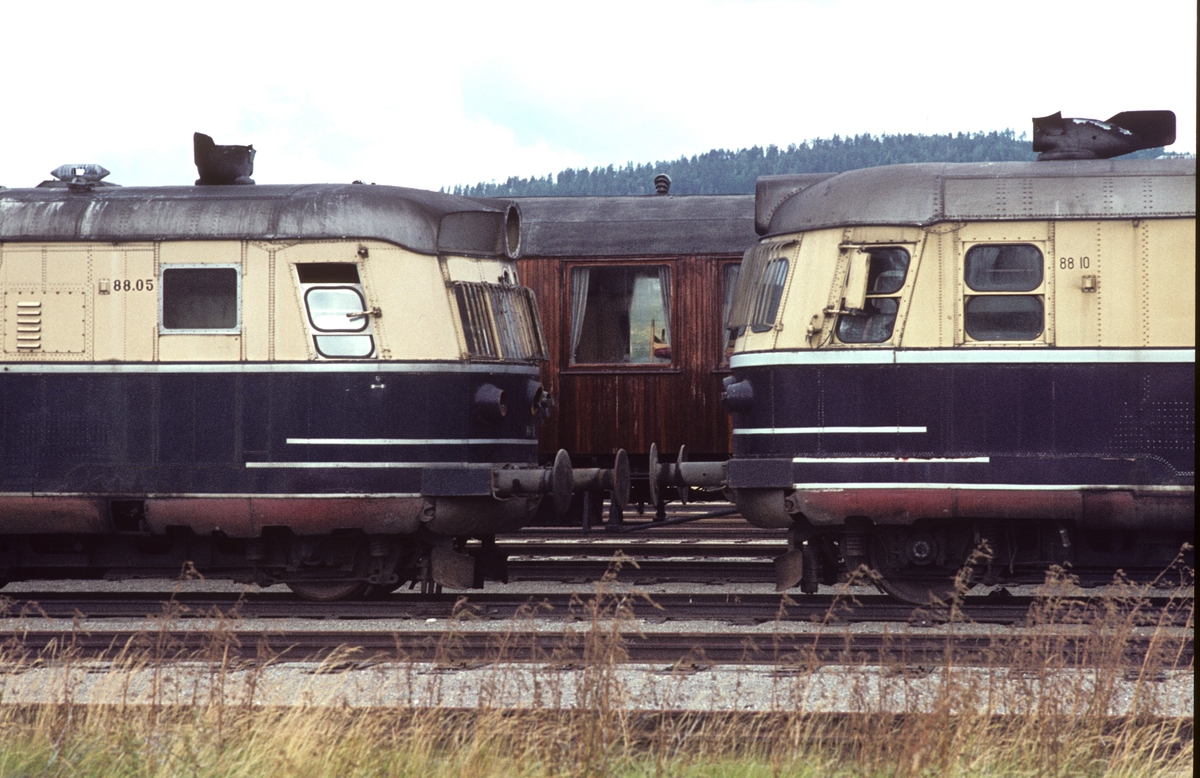 Dieselekspresstogsett type 88 (lyntog) på Grorud verksted etter utrangering. Motorvognene BEmdo 88a 05, og BEmdo 88b 10. I bakgrunnen salongvogn A21 100.