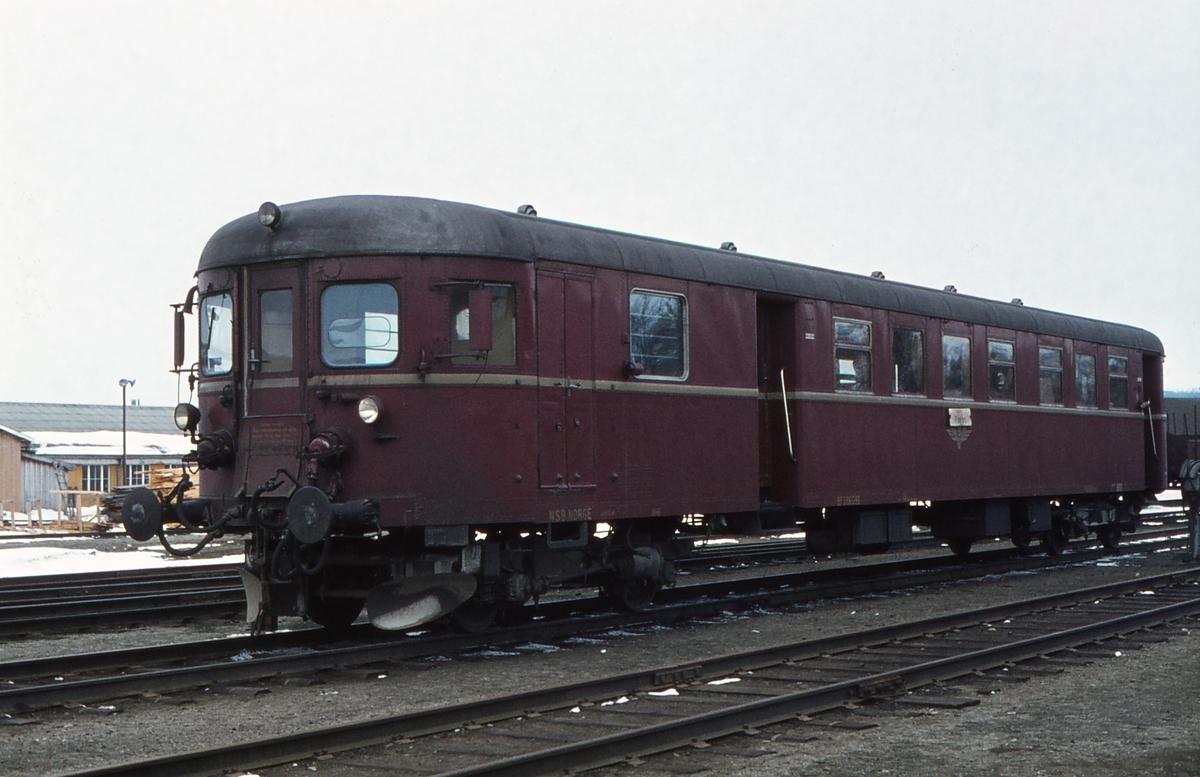 NSB styrevogn BFS 86G 99 på røros stasjon.