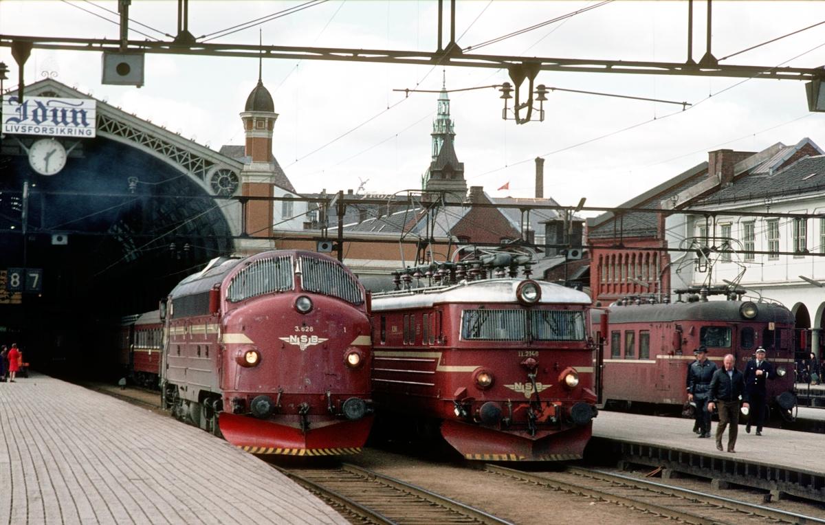 NSB lokomotivene Di 3 628 og El 11 2146, og motorvogn BM 67 på Oslo Ø. Di 3 628 har kommet som løslok fra Eina (Valdresbanen) og skal kjøre videre til Hamar. El 11 skal trekke tog 207 til Gjøvik.