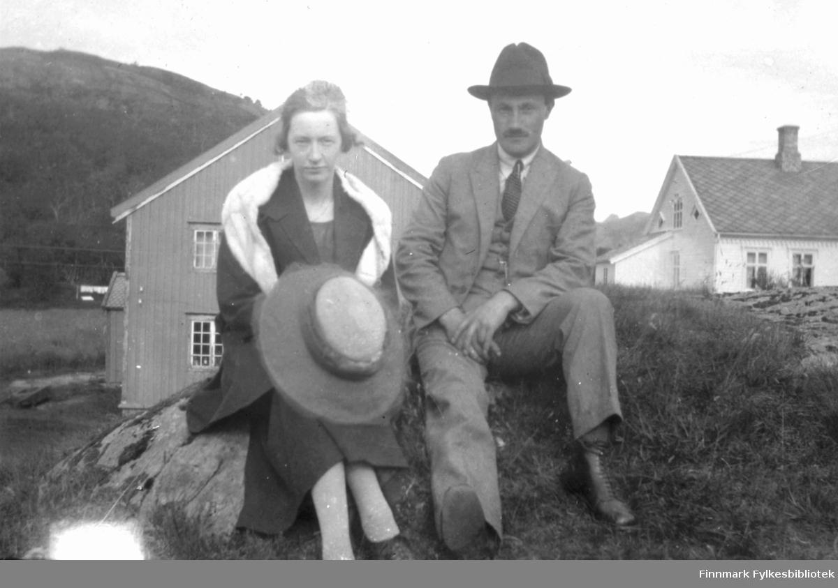 Maren Johanne Andersen og Erling Bjørgan fotografert utendørs. De giftet seg senere. Landskapet ligner Langnes i Tana. I bakgrunnen ser vi to bygninger. Bildet er antakelig tatt før 1920