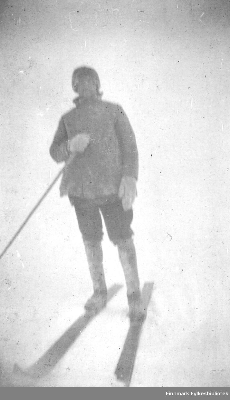 En mann med ski og skistav fotografert på Rásttigáisá.