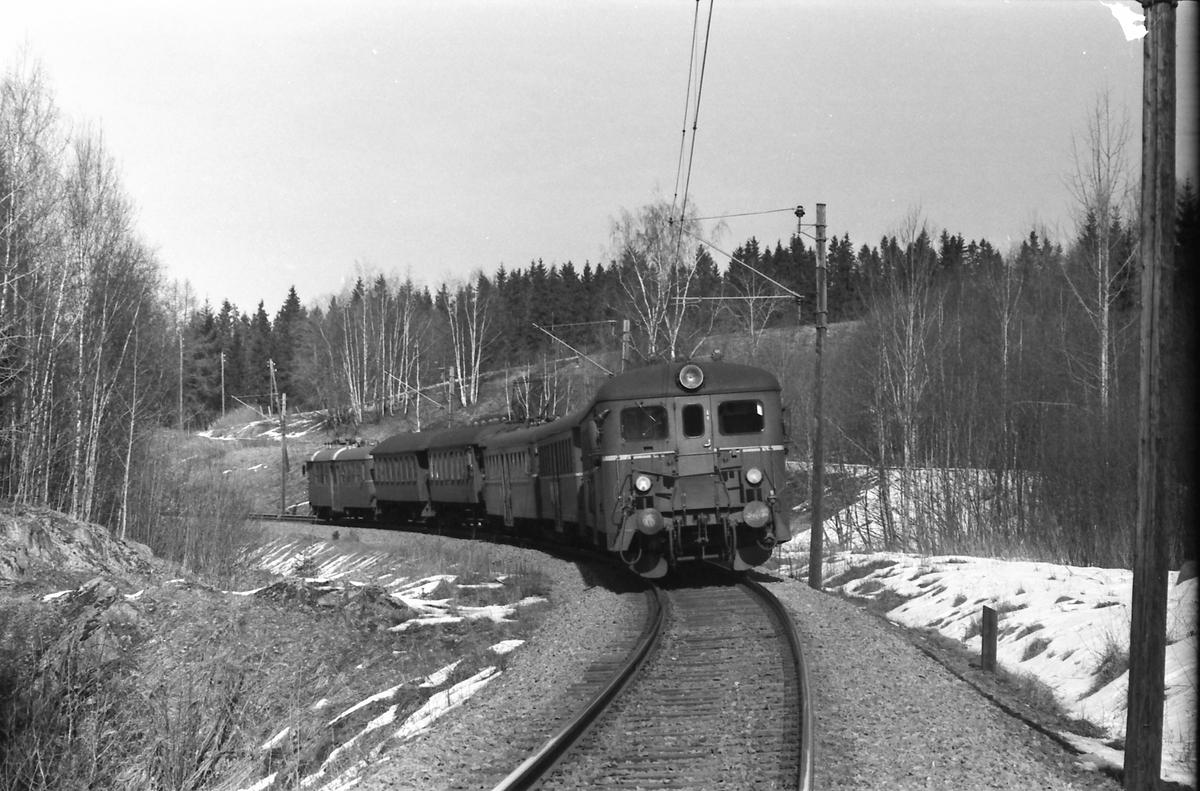 Persontog med motorvognsett type 67 og 65.
