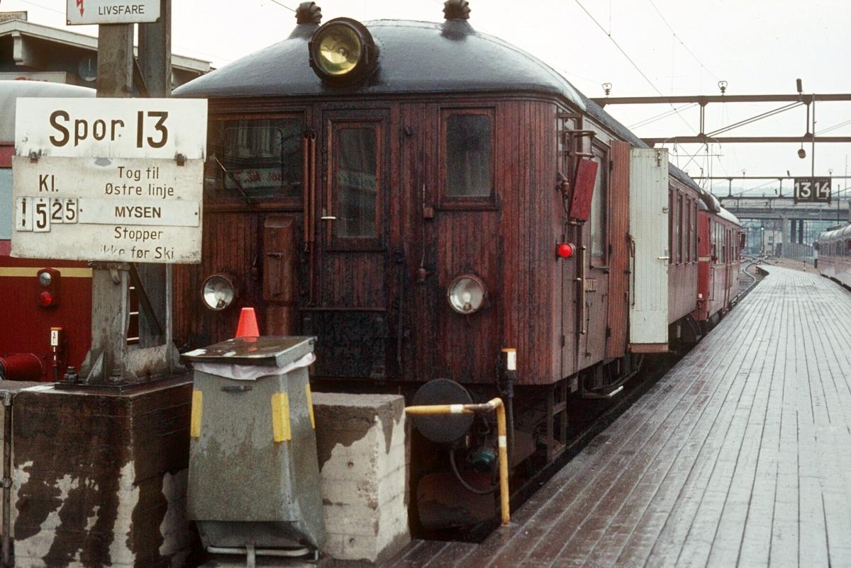"""NSB persontog til Østfoldbanens østre linje, Mysen, på Oslo Ø. Motorvogn type BM 65B og styrevogn """"ubåt"""" BFS 65."""