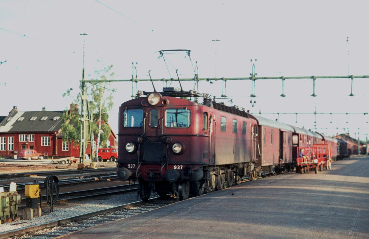 Persontog Boden - Kiruna. Dette toget stoppet ved alle stasjoner, og hadde også betjent kafe-vogn. SJ Da 937.