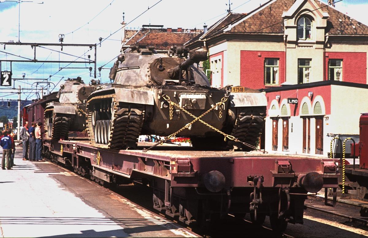 Vogner med militært materiell på Hamar stasjon.