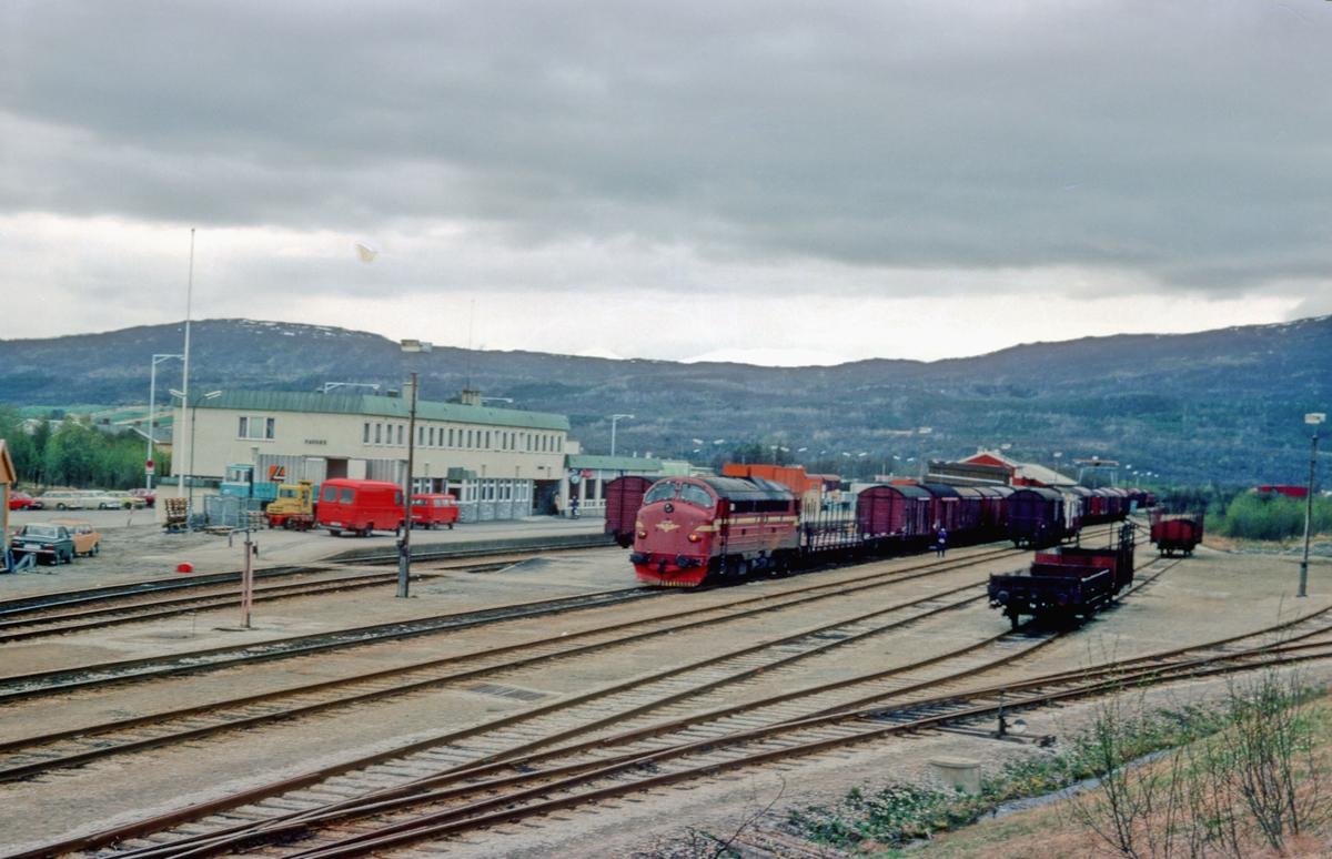 Fauske stasjon. Godstog 5772 (Bodø - Trondheim) med dieselelektrisk lokomotiv Di 3 632.